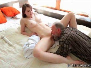 Adolescente e um vovô