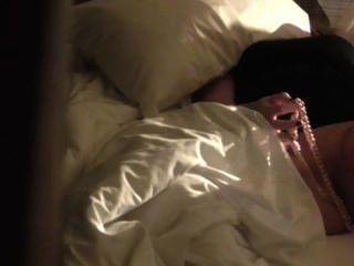 Câmara escondida capturada masturbação hotell quarto