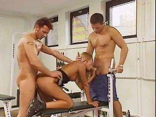 Exercitando seu bichano com 2 treinadores!