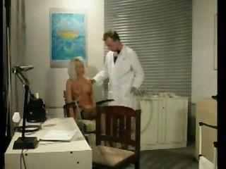 Loira louca explorada no escritório de médicos