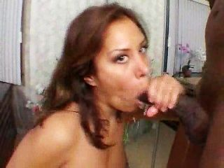 É por isso que ela ama grandes galos pretos!