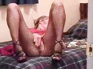 Milf lê uma revista pornográfica para iniciar sua ação solo
