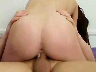 Teenie slut certifica-se que ela recebe o trabalho