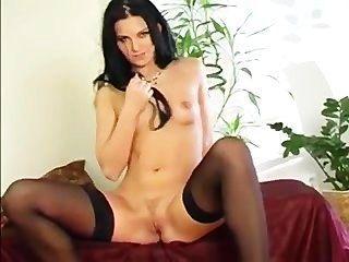 Morena masturba-se em meias pretas