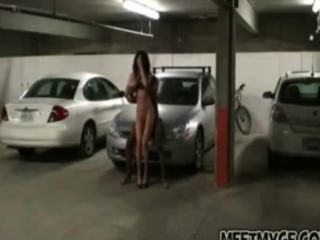 Verdadeiro casal fode no estacionamento
