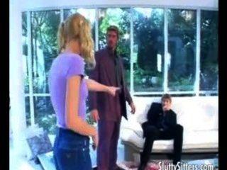 Horny babysitter manipulação dois caras