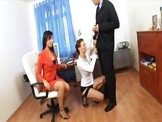Secretário trio com dois cuties em lingerie sexy e saltos