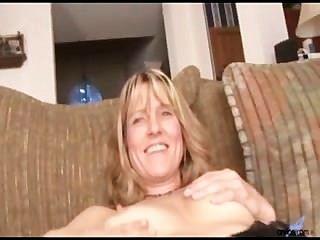 Amador milf berkley fica nua e stuffs consolador para orgasmo