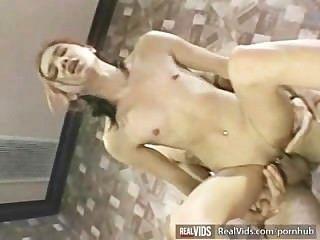 Asiática garçonete fodido por galo do músculo