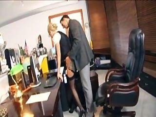 Secretária loira com óculos fodendo em lingerie no escritório