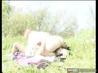Gordo mamãe montando galo no sol