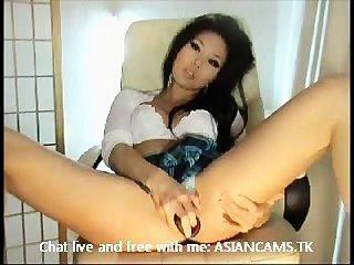 Super asiática quente com peitos grandes stripping e masturbating