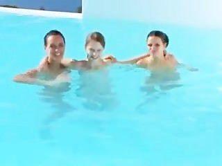 Três babes um sujeito sortudo na piscina