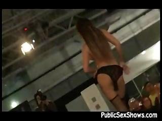 Sexy girl stripping ao vivo no palco durante show de sexo