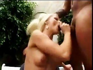 Nikki precisa de galos pretos
