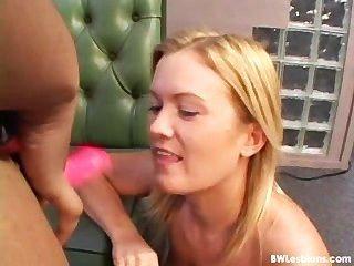 Sexo lésbico preto e branco com um vibrador (a pior realidade de sempre)