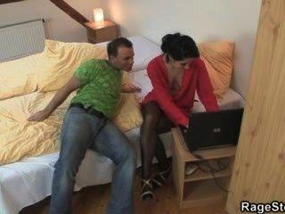 Batota bitch recebe sua garganta e buceta fodido áspera