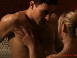 Banho erótico e beijo sensual