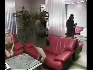 Menina de escritório quente recebe blowjob e fodido