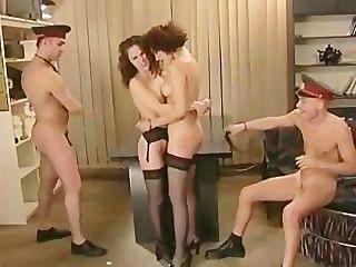 Sexo em grupo na delegacia