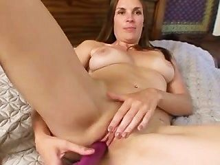 Mamãe madura stuffs sua buceta apertado