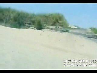 Loira nua fodida na praia