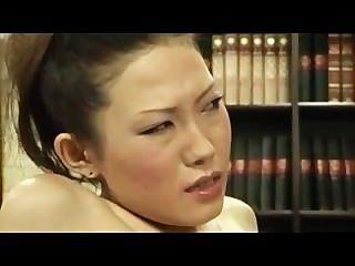 Menina tímida dedo por chefe lésbica