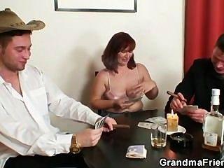 Ela perde no poker e é fodida por dois caras