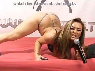 Amanda rendal provocando e masturbando em show ao vivo