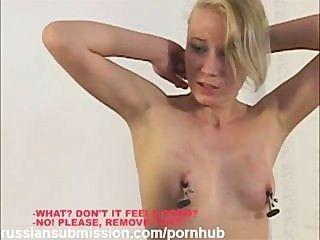 Uma linda garota loira punida por ser uma puta