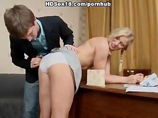 Garota loira intensamente fodendo com seu aluno