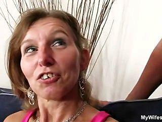 Ela monta seu filho na lei galo