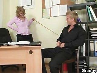 Empregado impertinente da franja do escritório