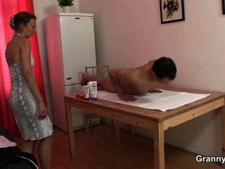 Massagem leva a chupar galo e andar