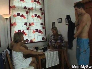 Ela é atraída para o trio oral por seus pais