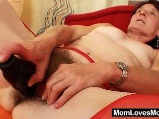 Feio avó matylda se espalha e brinquedos pussy peludo