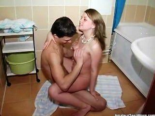 Linda alenushka teve um fodendo teen muito doce do banheiro