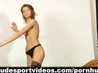 Menina leggy quente e sua ginástica de dança nua