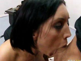 Big assed brunette dylan ryder fica com sua garganta profunda e buceta fodida