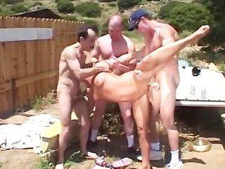 Divertido gangbang ao ar livre com loira quente