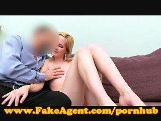 Fakeagent loira toma creampie anal