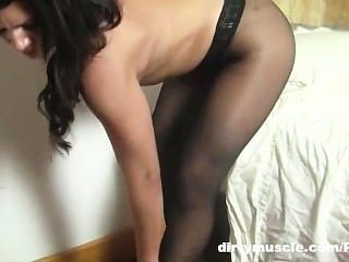 Leena sai em meia-calça
