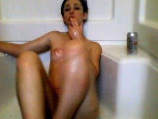 Menina sexy masturbates no chuveiro