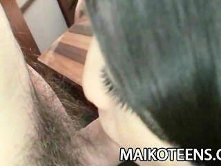 Adolescente japonês airi kawaguchi desliza um pau em seu bichano peludo