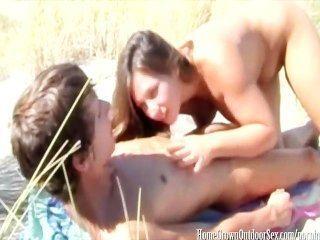 Creaming sua buceta apertado na praia pública
