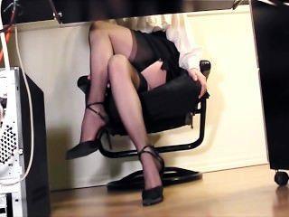Secretário dedilhado no escritório em meias e calcanhares altos coxa