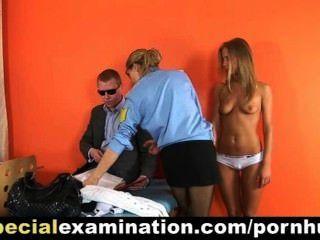 Loira quente examinado pelo médico da polícia