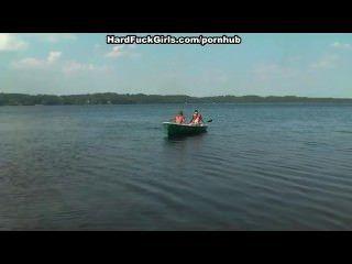 Loira fodido duro em um barco no lago três caras