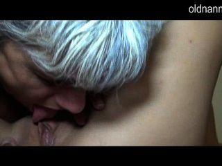 Madura lambendo bichano de uma menina
