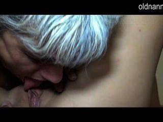 Madura lambendo pussy de uma menina quente